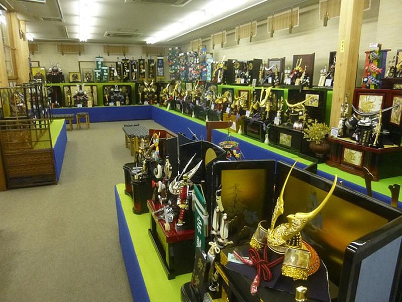 厳選された数々の人形を二階展示場にて御確認下さい