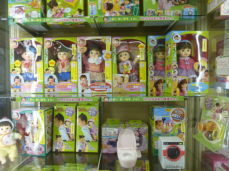 一階ではカード、プラモデル等各種玩具を取り扱っております。